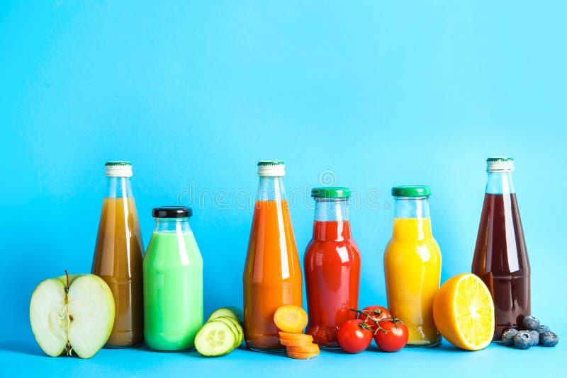 Σύνθεση με τα μπουκάλια των διαφορετικών χυμών φρούτων και λαχανικών στοκ φωτογραφία