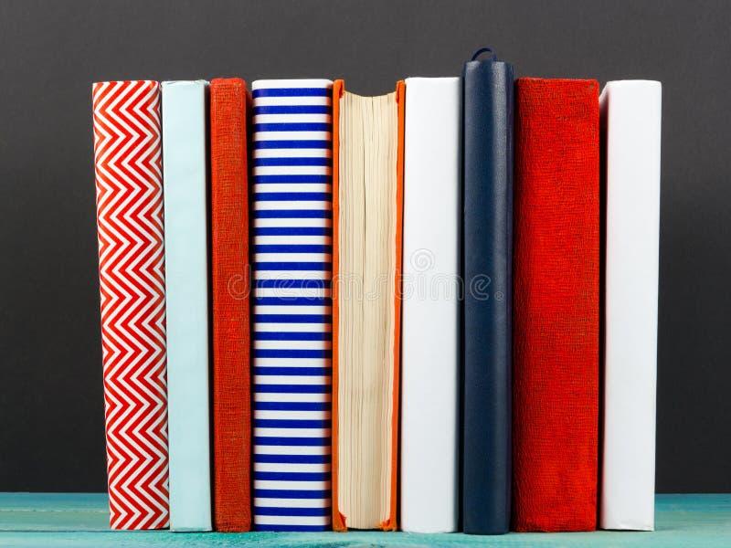 Σύνθεση με τα παλαιά εκλεκτής ποιότητας ζωηρόχρωμα βιβλία βιβλίων με σκληρό εξώφυλλο, ημερολόγιο στο W στοκ φωτογραφία