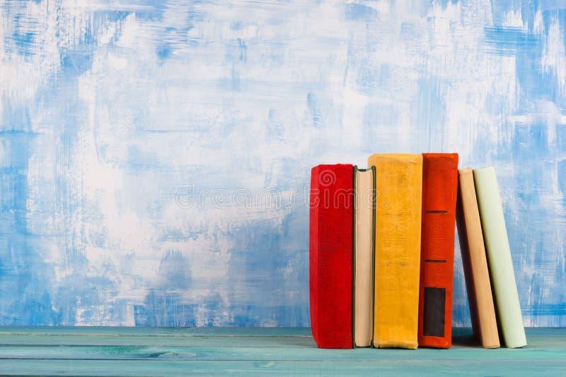 Σύνθεση με τα παλαιά εκλεκτής ποιότητας ζωηρόχρωμα βιβλία βιβλίων με σκληρό εξώφυλλο, ημερολόγιο στο W στοκ φωτογραφία με δικαίωμα ελεύθερης χρήσης