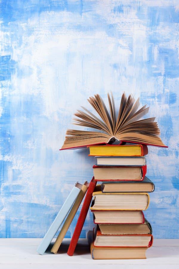 Σύνθεση με τα παλαιά εκλεκτής ποιότητας ζωηρόχρωμα βιβλία βιβλίων με σκληρό εξώφυλλο, ημερολόγιο στο W στοκ εικόνα με δικαίωμα ελεύθερης χρήσης