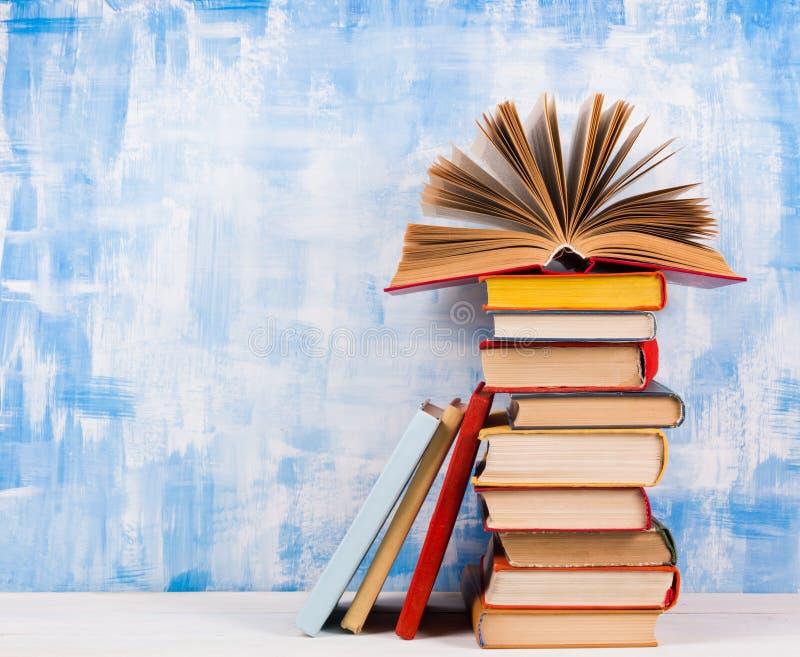 Σύνθεση με τα παλαιά εκλεκτής ποιότητας ζωηρόχρωμα βιβλία βιβλίων με σκληρό εξώφυλλο, ημερολόγιο στο W στοκ εικόνες