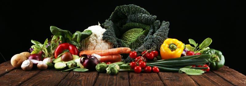 Σύνθεση με την ποικιλία των ακατέργαστων οργανικών λαχανικών και των φρούτων ισορροπημένο σιτηρέσιο στοκ φωτογραφίες