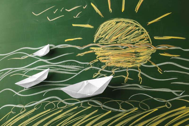 Σύνθεση με τις βάρκες origami στο υπόβαθρο χρώματος στοκ εικόνα με δικαίωμα ελεύθερης χρήσης