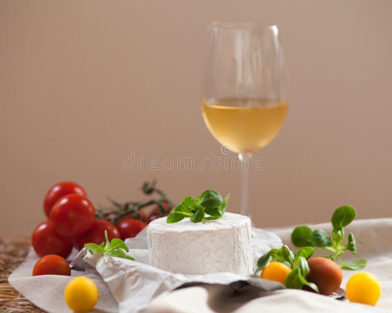 Σύνθεση με το γαλλικές τυρί, τις ντομάτες και τη σαλάτα στοκ εικόνα