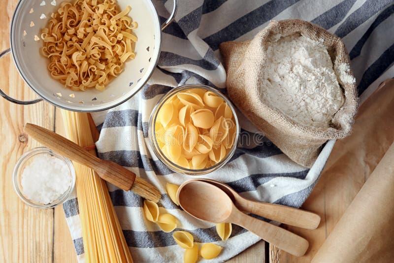 Σύνθεση με το μαγείρεμα των εργαλείων και των ζυμαρικών στον πίνακα στοκ φωτογραφία με δικαίωμα ελεύθερης χρήσης