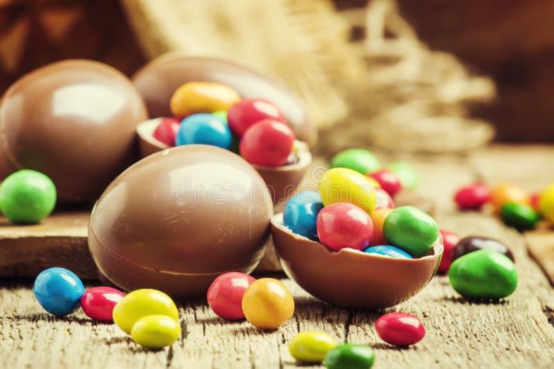 Σύνθεση Πάσχας με τα αυγά σοκολάτας και τη ζωηρόχρωμη καραμέλα, vinta στοκ εικόνα