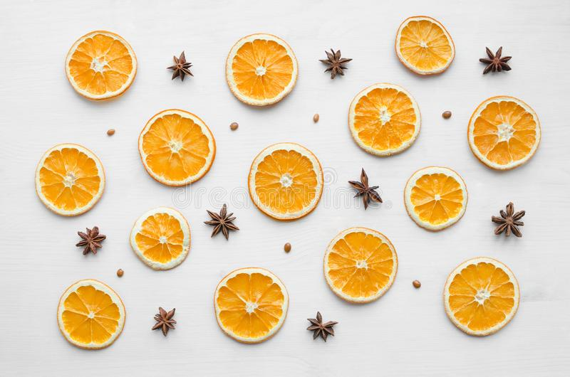 Σύνθεση πλαισίων Χριστουγέννων με τα ξηρά πορτοκάλια και τα αστέρια και τους σπόρους γλυκάνισου στοκ εικόνα με δικαίωμα ελεύθερης χρήσης