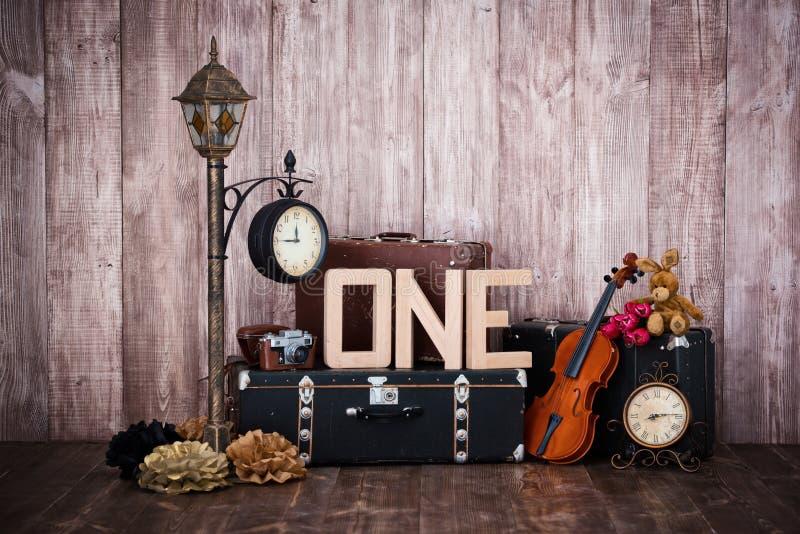 Σύνθεση στο αναδρομικό ύφος, τις παλαιές βαλίτσες, ένα φανάρι με ένα ρολόι, ένα βιολί και μια λέξη μια στοκ φωτογραφίες με δικαίωμα ελεύθερης χρήσης