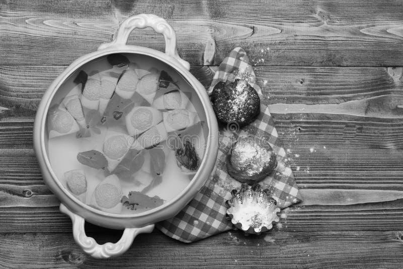 Σύνθεση της σοκολάτας και της βανίλιας cupcakes με τη λεμονάδα στοκ εικόνες με δικαίωμα ελεύθερης χρήσης