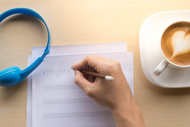σύνθεση της τοπ άποψης σημειώσεων μουσικής με τον καφέ και το μπλε γραψίματος χεριών στοκ φωτογραφία με δικαίωμα ελεύθερης χρήσης