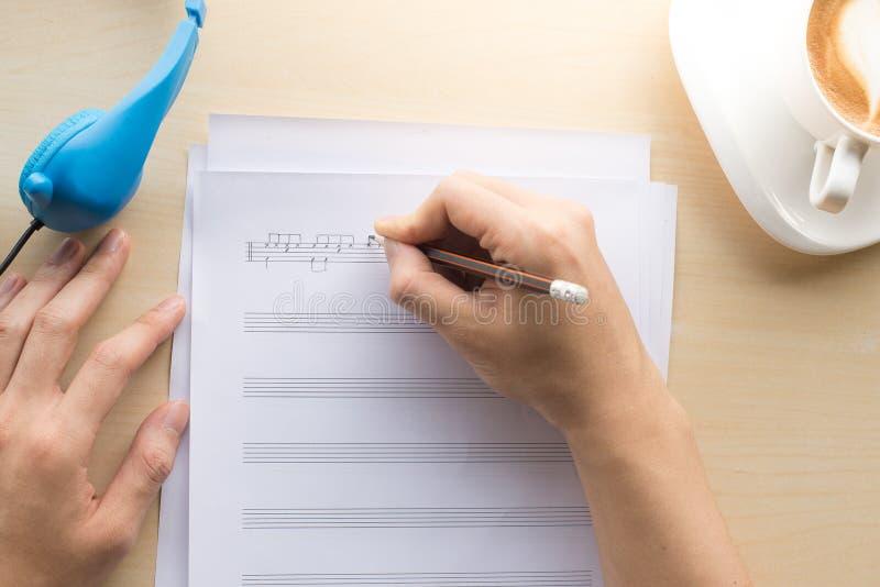 σύνθεση της τοπ άποψης σημειώσεων μουσικής με τον καφέ και το μπλε γραψίματος χεριών στοκ φωτογραφίες με δικαίωμα ελεύθερης χρήσης