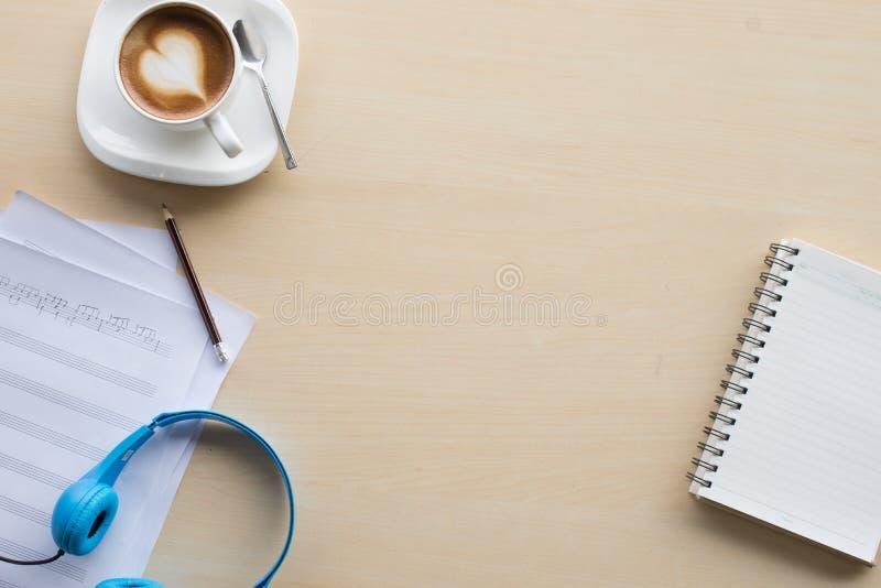 σύνθεση της τοπ άποψης σημειώσεων μουσικής με τον καφέ και το μπλε γραψίματος χεριών στοκ φωτογραφίες