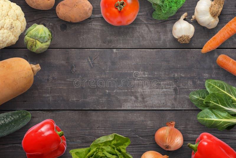 Σύνθεση των φρέσκων λαχανικών που διαδίδονται σε μια ξύλινη επιφάνεια στοκ φωτογραφία με δικαίωμα ελεύθερης χρήσης