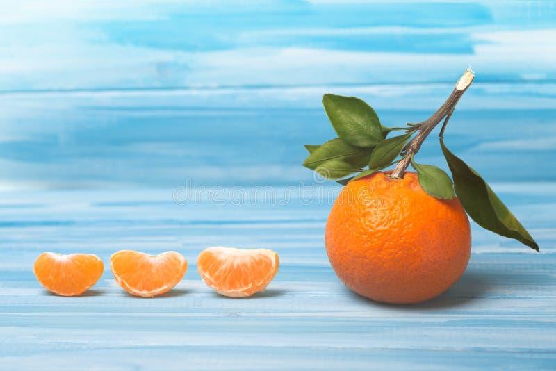 Σύνθεση των tangerines σε μπλε φόντο στοκ εικόνες