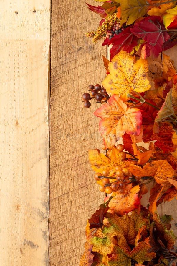 Σύνθεση φθινοπώρου με τα ξηρά φύλλα σε έναν ξύλινο πίνακα E r Διάθεση φθινοπώρου στοκ φωτογραφίες