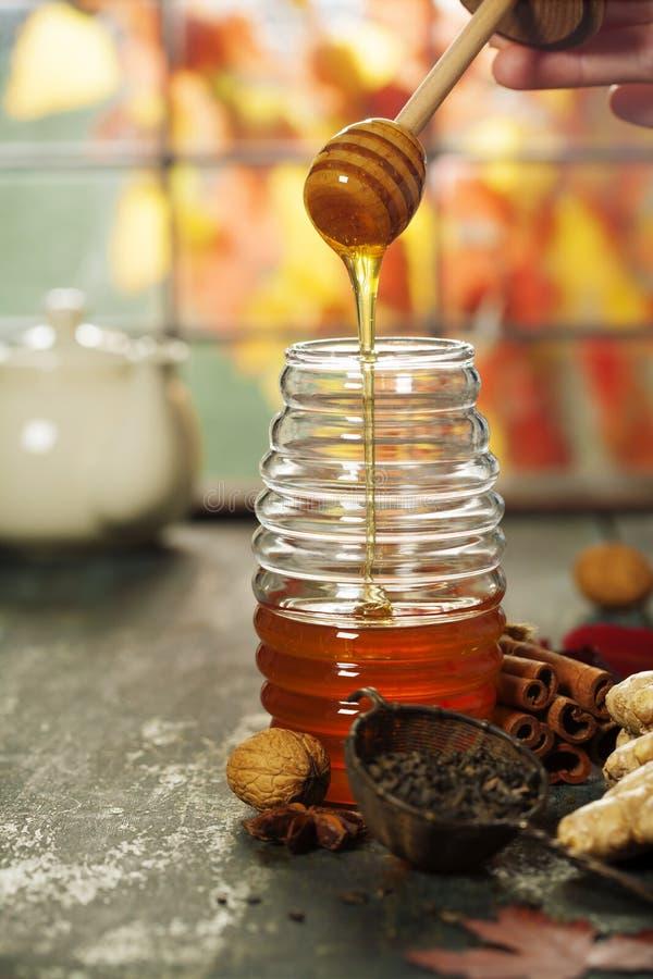 Σύνθεση φθινοπώρου με το μέλι Θερμή και comfy έννοια φθινοπώρου στοκ εικόνες