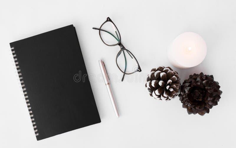 Σύνθεση Χριστουγέννων ημερολογίων μοντέρνη ρύθμιση των κώνων και του κεριού στο άσπρο υπόβαθρο Επίπεδος βάλτε τη τοπ άποψη στοκ εικόνες με δικαίωμα ελεύθερης χρήσης