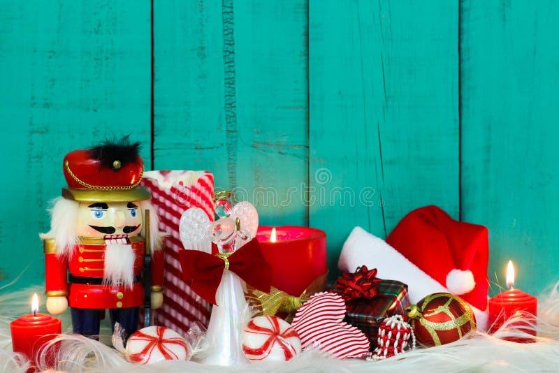 Σύνθεση Χριστουγέννων με τα κεριά και το ντεκόρ διακοπών στοκ εικόνα με δικαίωμα ελεύθερης χρήσης
