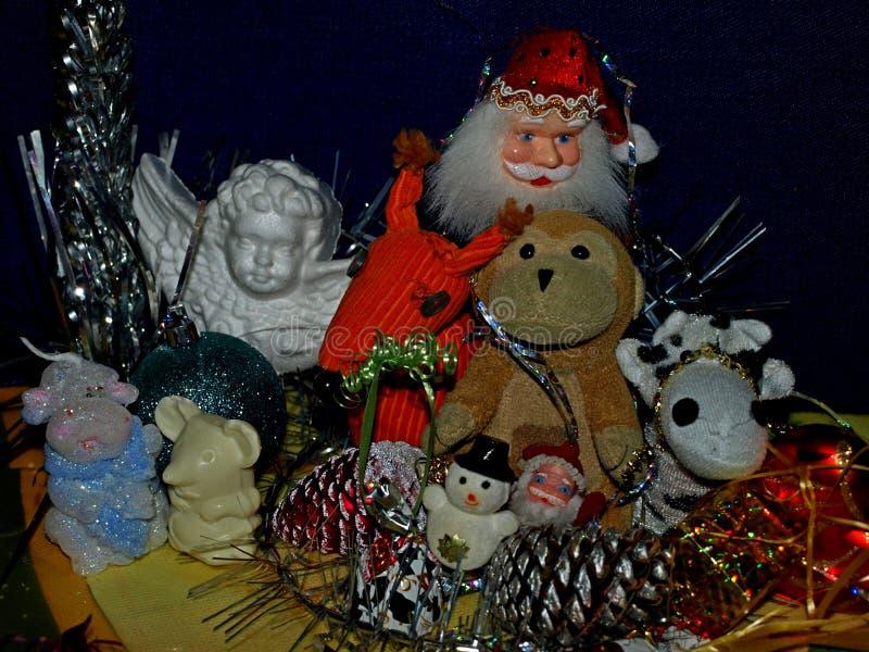 Σύνθεση Χριστουγέννων με τα παιχνίδια και τις διακοσμήσεις στοκ εικόνες