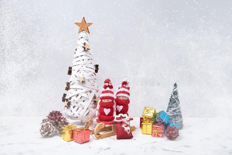 Σύνθεση Χριστουγέννων με τα στοιχειά Noel και τα μικρά δώρα διάστημα αντιγράφων στοκ εικόνα με δικαίωμα ελεύθερης χρήσης