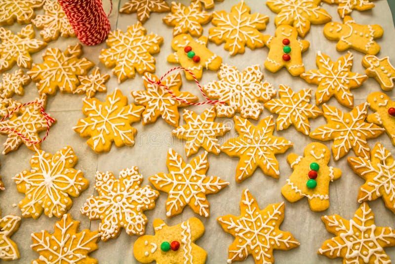 Σύνθεση Χριστουγέννων: όμορφα εύγευστα σπιτικά Snowflakes και το άτομο μελοψωμάτων τα βουτύρου μπισκότα για τα Χριστούγεννα, που  στοκ εικόνες