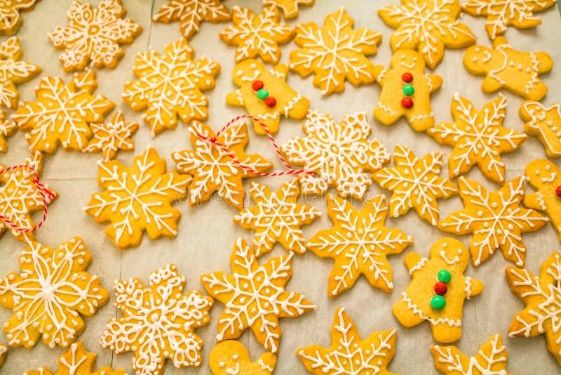 Σύνθεση Χριστουγέννων: όμορφα εύγευστα σπιτικά Snowflakes και το άτομο μελοψωμάτων τα βουτύρου μπισκότα για τα Χριστούγεννα, που  στοκ φωτογραφίες