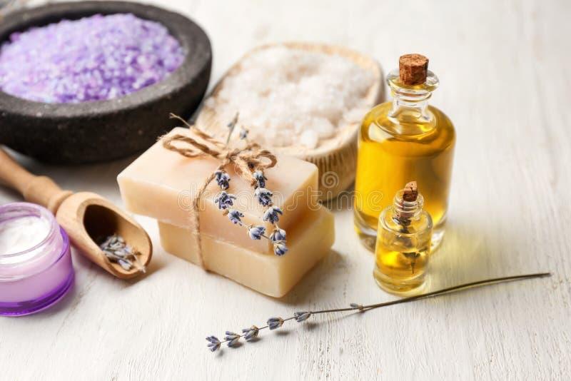 Σύνθεση SPA με τα καλλυντικά προϊόντα και lavender στον πίνακα στοκ εικόνες