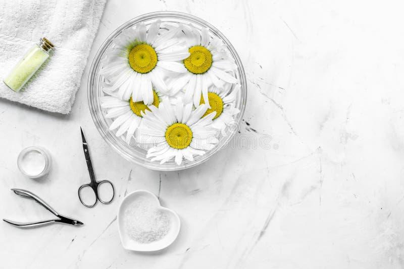 Σύνθεση SPA στο άσπρο γραφείο με chamomile, την πετσέτα και την καθορισμένη τοπ άποψη copyspase μανικιούρ στοκ φωτογραφίες