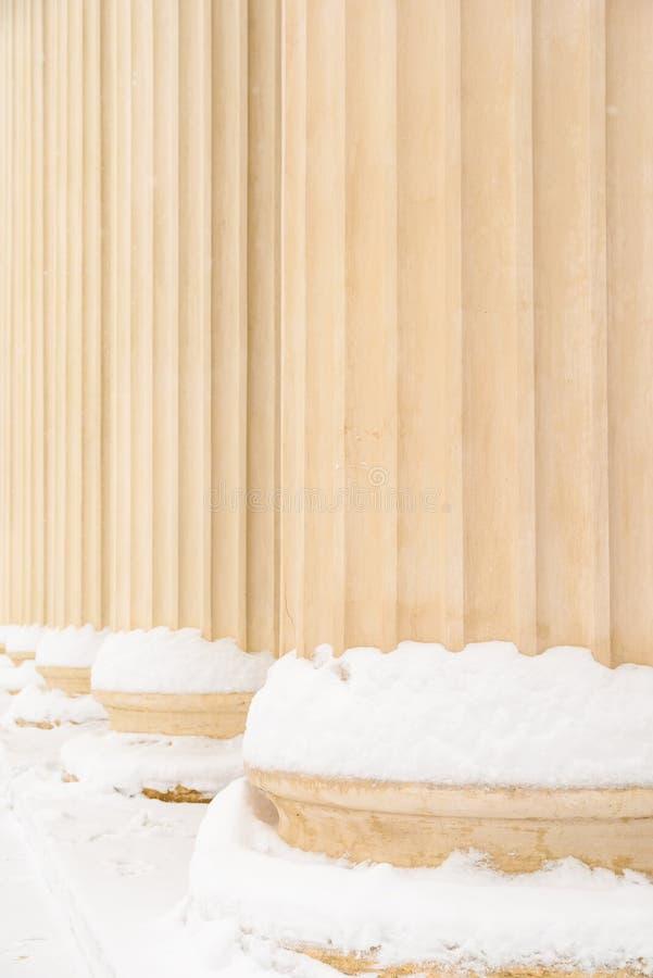 Σύνθετες ελληνικές στήλες ύφους το χειμώνα στοκ φωτογραφίες