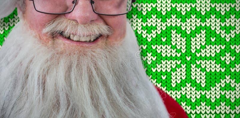 Σύνθετη εικόνα Άγιου Βασίλη που χαμογελά στο άσπρο κλίμα στοκ εικόνα