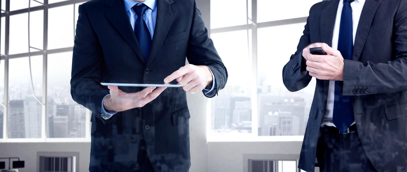 Σύνθετη εικόνα επιχειρηματιών στο κινητό τηλέφωνό του στοκ φωτογραφία