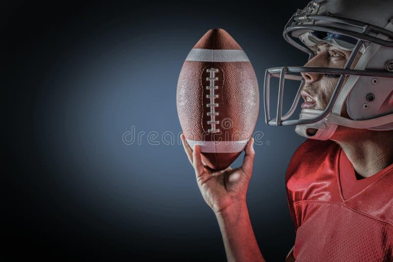 Σύνθετη εικόνα να ανατρέξει αθλητικών τύπων κρατώντας το αμερικανικό ποδόσφαιρο στοκ εικόνα με δικαίωμα ελεύθερης χρήσης