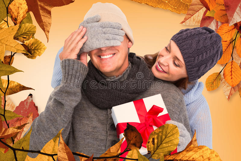 Σύνθετη εικόνα να εκπλήξει γυναικών του συζύγου με το δώρο στοκ εικόνα με δικαίωμα ελεύθερης χρήσης