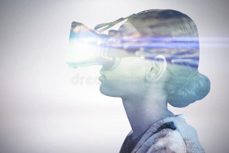 Σύνθετη εικόνα της άποψης σχεδιαγράμματος της γυναίκας που φορά τα γυαλιά εικονικής πραγματικότητας στοκ εικόνες
