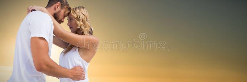 Σύνθετη εικόνα της αγκαλιάς ζευγών στο άσπρο κλίμα στοκ φωτογραφίες με δικαίωμα ελεύθερης χρήσης