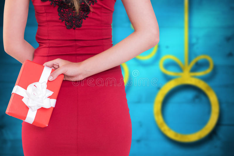 Σύνθετη εικόνα της αριστοκρατικής γυναίκας που κρατά ένα δώρο στοκ φωτογραφίες με δικαίωμα ελεύθερης χρήσης
