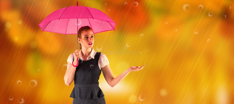 Σύνθετη εικόνα της αρκετά redhead ομπρέλας εκμετάλλευσης επιχειρηματιών στοκ εικόνες
