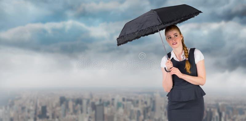 Σύνθετη εικόνα της αρκετά redhead ομπρέλας εκμετάλλευσης επιχειρηματιών στοκ φωτογραφίες