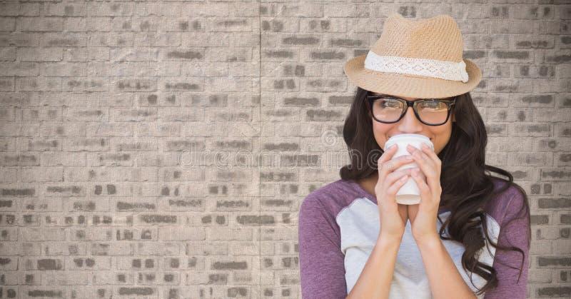Σύνθετη εικόνα της γυναίκας με τον καφέ ενάντια στο τουβλότοιχο διανυσματική απεικόνιση