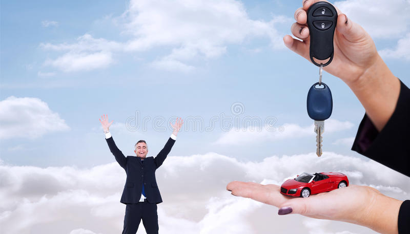 Σύνθετη εικόνα της γυναίκας που κρατά το βασικό και μικρό αυτοκίνητο στοκ φωτογραφίες με δικαίωμα ελεύθερης χρήσης