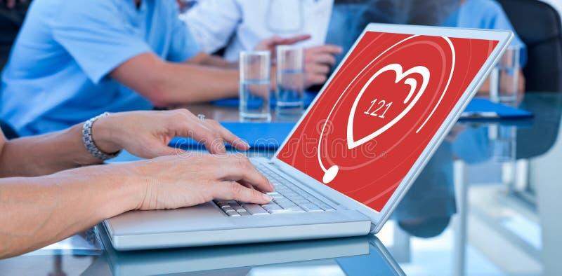 Σύνθετη εικόνα της δακτυλογράφησης γιατρών στο πληκτρολόγιο με την ομάδα της πίσω στοκ εικόνα