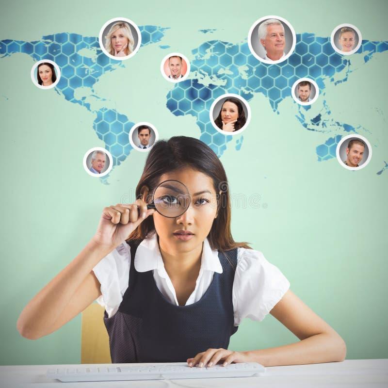 Σύνθετη εικόνα της επιχειρηματία που κοιτάζει μέσω της ενίσχυσης - γυαλί στοκ φωτογραφία