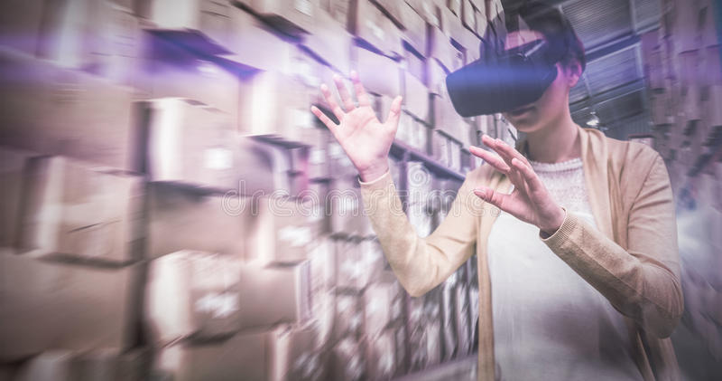 Σύνθετη εικόνα της επιχειρηματία που κρατά τα εικονικά γυαλιά στοκ φωτογραφίες με δικαίωμα ελεύθερης χρήσης