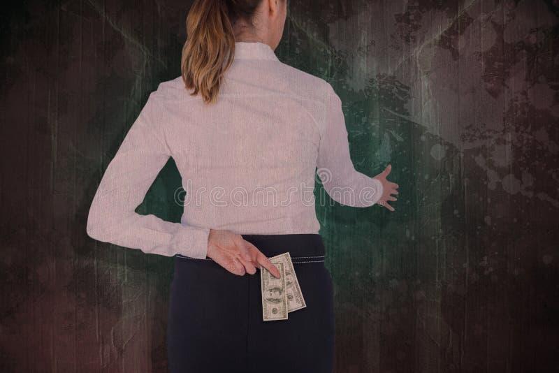 Σύνθετη εικόνα της επιχειρηματία που προσφέρει τη χειραψία με τα δάχτυλα που διασχίζονται πίσω από την πίσω στοκ φωτογραφία με δικαίωμα ελεύθερης χρήσης