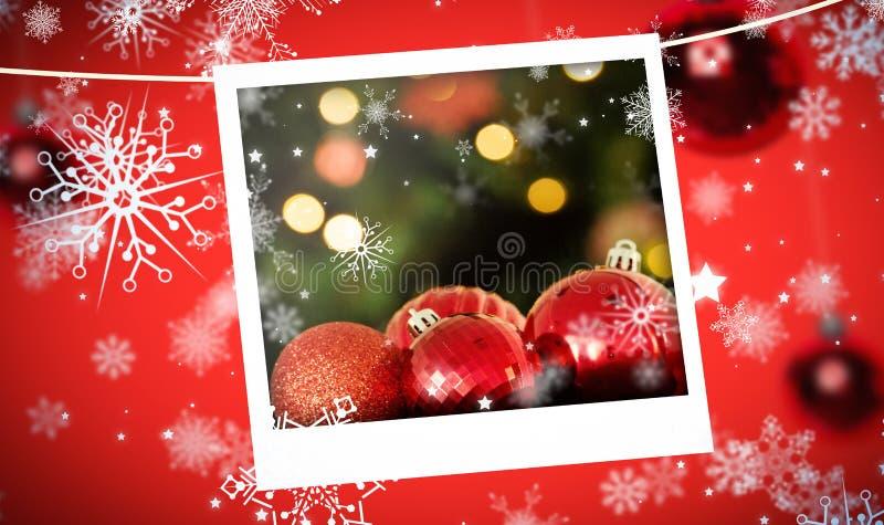 Σύνθετη εικόνα της εστίασης στα κόκκινα μπιχλιμπίδια Χριστουγέννων στοκ φωτογραφίες