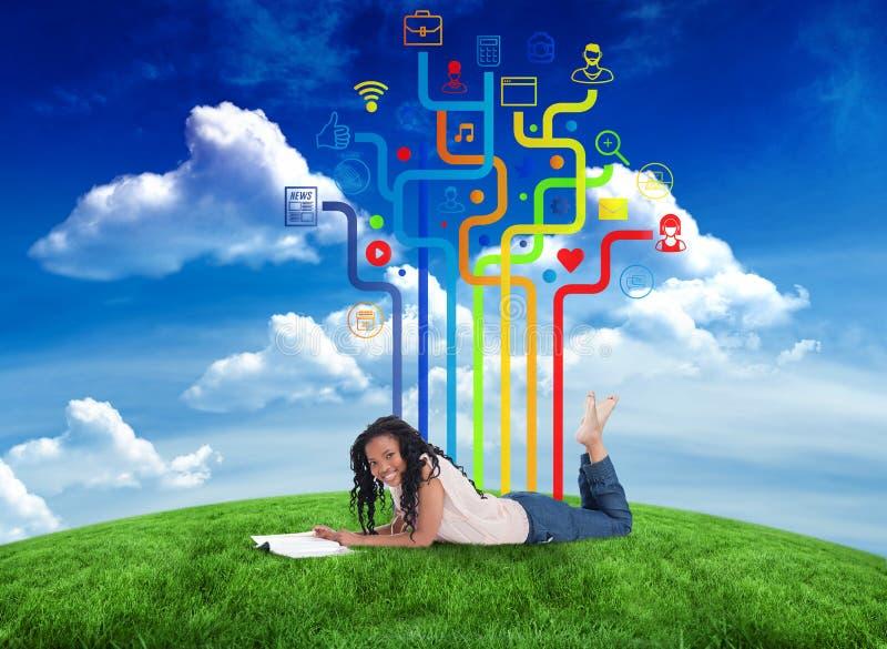 Σύνθετη εικόνα της ευτυχούς γυναίκας με app τα εικονίδια στοκ φωτογραφία με δικαίωμα ελεύθερης χρήσης