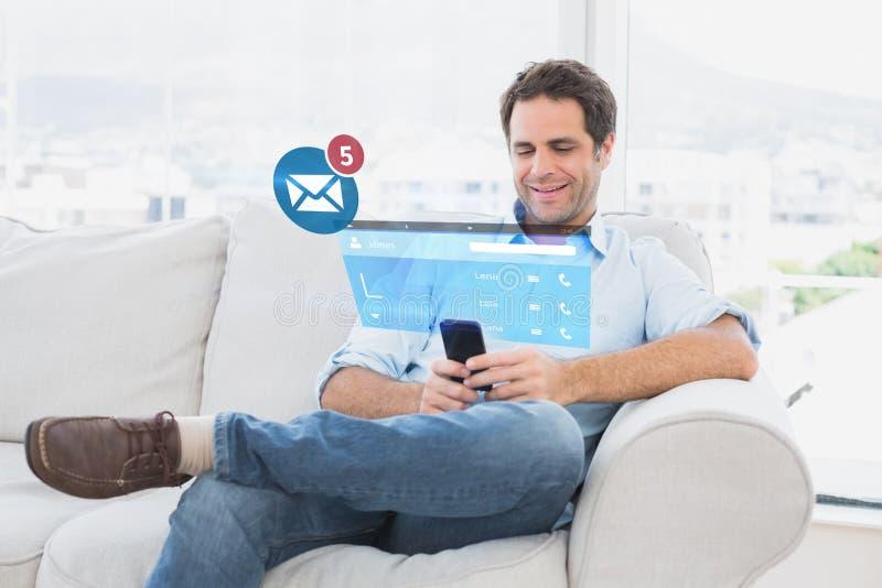 Σύνθετη εικόνα της εύθυμης συνεδρίασης ατόμων στον καναπέ που χρησιμοποιεί το smartphone του στοκ εικόνες