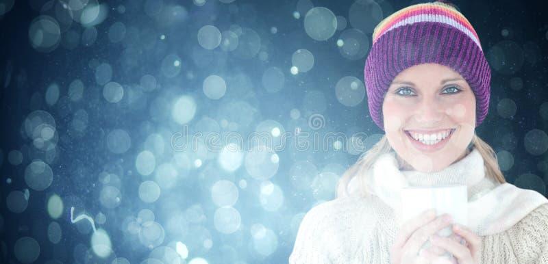 Σύνθετη εικόνα της καμμένος γυναίκας που φορά ένα άσπρο πουλόβερ και ένα ζωηρόχρωμο καπέλο ενάντια στο άσπρο backgrou στοκ φωτογραφία