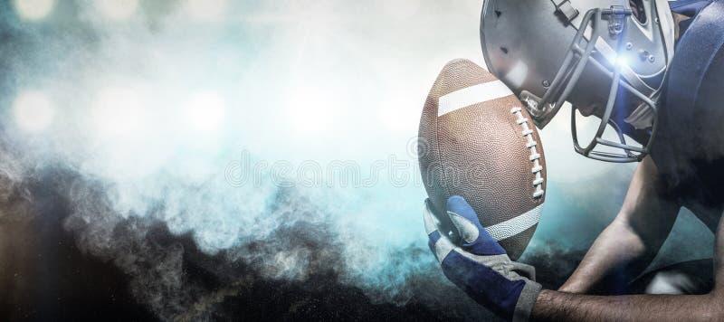 Σύνθετη εικόνα της κινηματογράφησης σε πρώτο πλάνο του φορέα αμερικανικού ποδοσφαίρου με τη σφαίρα στοκ εικόνα