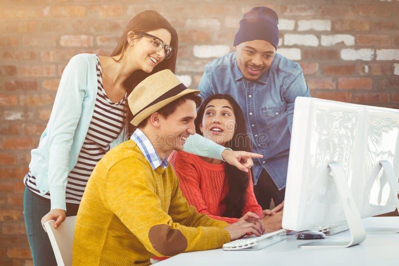 Σύνθετη εικόνα της νέας δημιουργικής ομάδας που διοργανώνει μια συνεδρίαση στοκ εικόνες